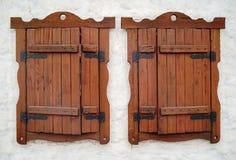 Due finestre sulla parete bianca immagini stock libere da diritti