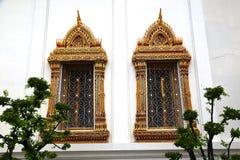 Due finestre Tempio del Buddha adagiantesi bangkok thailand fotografie stock