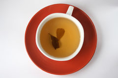 Due foglie di tè nella tazza di tè immagine stock