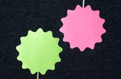 Due a forma di cerchi hanno tagliato da cartone su un bastone di legno Fotografia Stock