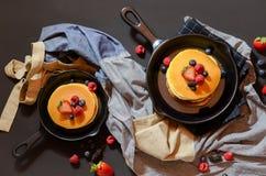 Due fragole e pancake su una pentola Immagini Stock Libere da Diritti
