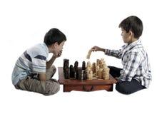 Due fratelli che giocano scacchi fotografia stock libera da diritti