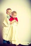 Due fratelli germani dei ragazzini che giocano con gli asciugamani Immagini Stock Libere da Diritti