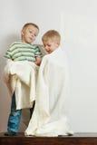Due fratelli germani dei ragazzini che giocano con gli asciugamani Fotografia Stock Libera da Diritti