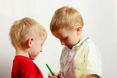 Due fratelli germani dei ragazzini che giocano insieme Immagine Stock Libera da Diritti