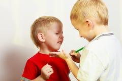 Due fratelli germani dei ragazzini che giocano insieme Fotografia Stock