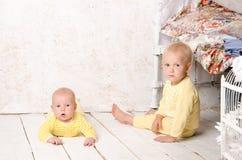 Due fratelli nel giallo del vestito fotografia stock libera da diritti