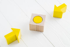 Due frecce di legno convergono verso l'obiettivo concentrare Immagine Stock