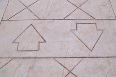 Due frecce nelle direzioni opposte sul sentiero per pedoni Immagini Stock Libere da Diritti