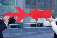 Due frecce rosse che indicano ciascuno Fotografia Stock