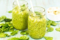 Due frullati verdi con spinaci e le banane Fotografie Stock Libere da Diritti