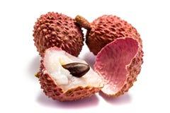 Due frutti ed uno del litchi affettati isolato su fondo bianco fotografia stock