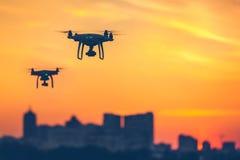 Due fuchi telecomandati moderni dell'aria volano con le macchine fotografiche di azione Immagini Stock Libere da Diritti