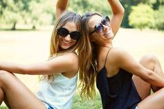 Due gemelli allegri delle ragazze Fotografia Stock
