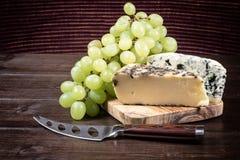 Due generi di formaggio e di uva d'annata Immagine Stock