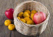 Due generi di frutta in un canestro. Ed esterno Fotografia Stock Libera da Diritti