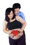 Due genitori con il simbolo del cuore Fotografie Stock