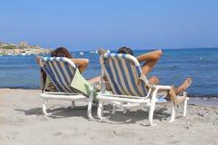 Due genti alla spiaggia immagini stock
