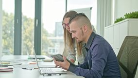 Due genti che discutono le idee facendo uso della compressa di Digital immagine stock libera da diritti