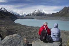 Due genti che esaminano il ghiacciaio di Tasman ed il lago Tasman, Nuova Zelanda Fotografia Stock Libera da Diritti