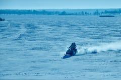 Due genti che guidano sul gatto delle nevi sul lago congelato Fotografia Stock Libera da Diritti
