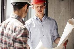 Due genti che hanno un grado di ingegneria con il modello immagini stock