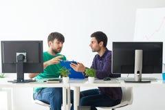 Due genti di affari che discutono le idee alla riunione Fotografia Stock Libera da Diritti