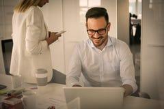 Due genti di affari che guardano qualcosa sul computer portatile Donna di affari - 2 Fotografia Stock Libera da Diritti