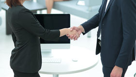 Due genti di affari che stringono le mani a vicenda nell'ufficio Immagini Stock