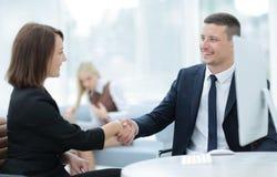Due genti di affari che stringono le mani a vicenda nell'ufficio Immagini Stock Libere da Diritti