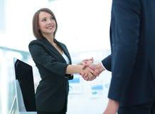Due genti di affari che stringono le mani a vicenda nell'ufficio Fotografie Stock