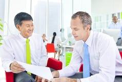 Due genti di affari e riunione d'affari verde Immagini Stock