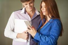 Due genti di affari felici davanti all'ufficio che fa le chiamate con la t fotografia stock libera da diritti