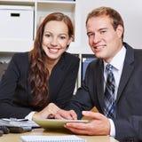 Due genti di affari felici in ufficio immagine stock libera da diritti
