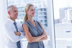 Due genti di affari sorridenti distogliere lo sguardo Immagini Stock Libere da Diritti