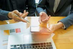 Due genti di affari stanno consultando, penna di tenuta dell'uomo d'affari nell'ha Immagini Stock