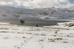 Due genti nel paesaggio di Snowy con il lago Fotografia Stock