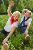 Due genti senior che fanno ginnastica in natura Immagini Stock Libere da Diritti