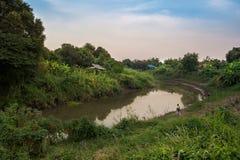 Due genti stanno pescando vicino al fiume, il fiume di Lopburi, Singburi Fotografia Stock