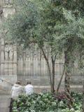 Due genti stanno sedendo alle pareti della cattedrale gotica immagini stock libere da diritti