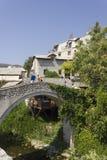 Due genti sul vecchio ponte di cuprija storico di kriva Fotografie Stock Libere da Diritti
