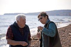 Due genti sulla spiaggia rocciosa Fotografia Stock