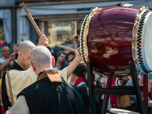 Due giapponesi Taiko Drummers durante la manifestazione tradizionale immagini stock libere da diritti
