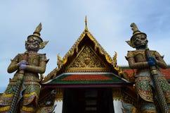 Due giganti davanti al tempio tailandese immagini stock