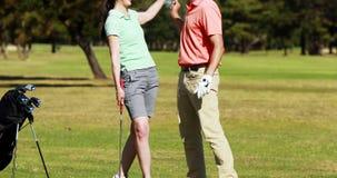 Due giocatori del giocatore di golf che giocano insieme golf video d archivio