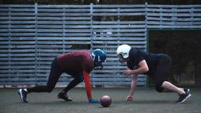 Due giocatori di football americano muniti di casco Fotografia Stock