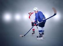 Due giocatori di hockey su ghiaccio durante la partita Immagini Stock