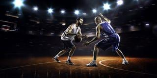 Due giocatori di pallacanestro nell'azione immagini stock