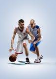 Due giocatori di pallacanestro nell'azione fotografia stock