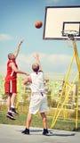 Due giocatori di pallacanestro sulla corte Fotografie Stock Libere da Diritti